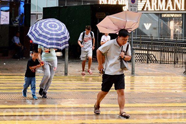 韦帕吹袭 香港天文台发八号风球