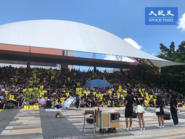 2019年8月5日,香港民間發起罷工、罷課、罷市活動。圖為沙田百步梯集會。(Juliana/大紀元)
