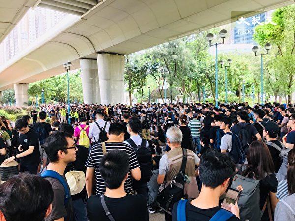 2019年8月5日,香港民間發起罷工、罷課、罷市活動。圖為荃灣聚集的人潮。(Jacqueline/大紀元)
