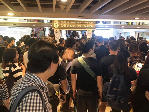 2019年8月5日,香港民間發起罷工、罷課、罷市活動。圖為地鐵站內的民眾。(Amber/大紀元)