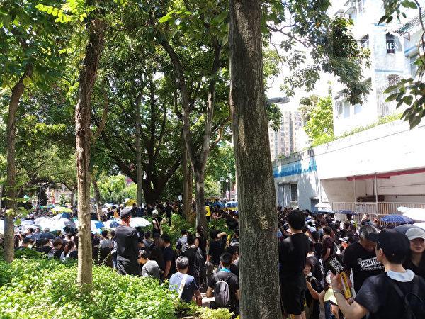 2019年8月5日,香港民間發起罷工、罷課、罷市活動。圖為大埔區許多民眾集結。(Amber/大紀元)