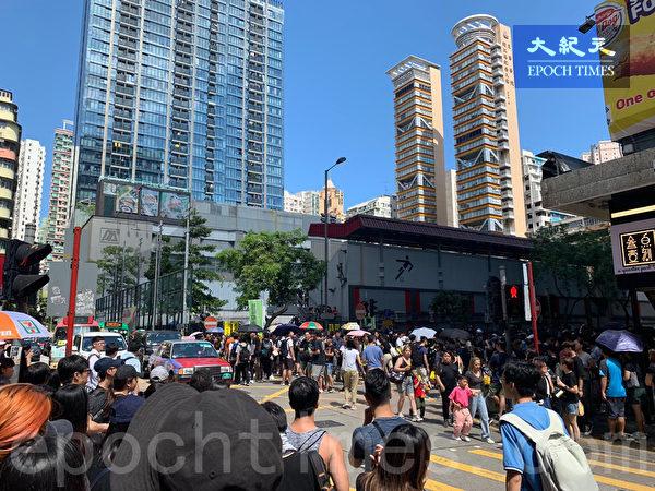 2019年8月5日,香港民間發起罷工、罷課、罷市活動。圖為旺角麥花臣球場聚集不少民眾。(香港記者站/大紀元)