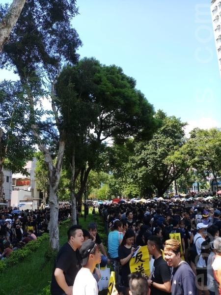 2019年8月5日,香港民間發起罷工、罷課、罷市活動。圖為大埔風水廣場聚集的群眾。(香港記者站/大紀元)