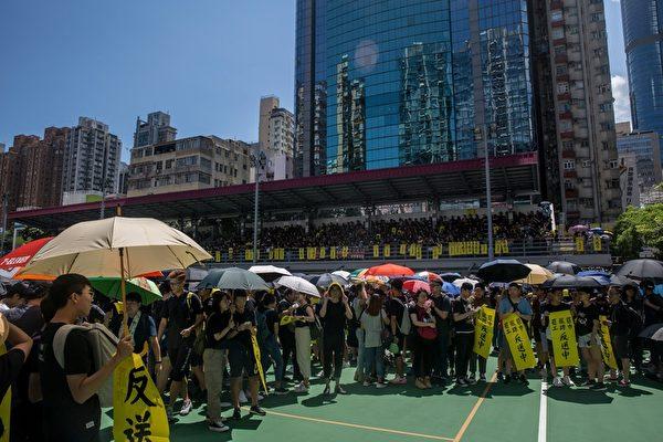 2019年8月5日,香港民間發起罷工、罷課、罷市活動。圖為旺角麥花臣球場聚集的人潮。(ISAAC LAWRENCE/AFP/Getty Images)