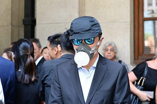 2019年8月7日,香港法律界舉行黑衣遊行中,有人士戴防毒面具抗議港警暴力執法。(宋碧龍/大紀元)