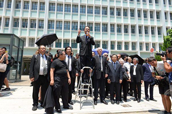 2019年8月7日,香港法律界舉行黑衣遊行,反對送中條例,公民黨執委郭榮鏗發言。(宋碧龍/大紀元)
