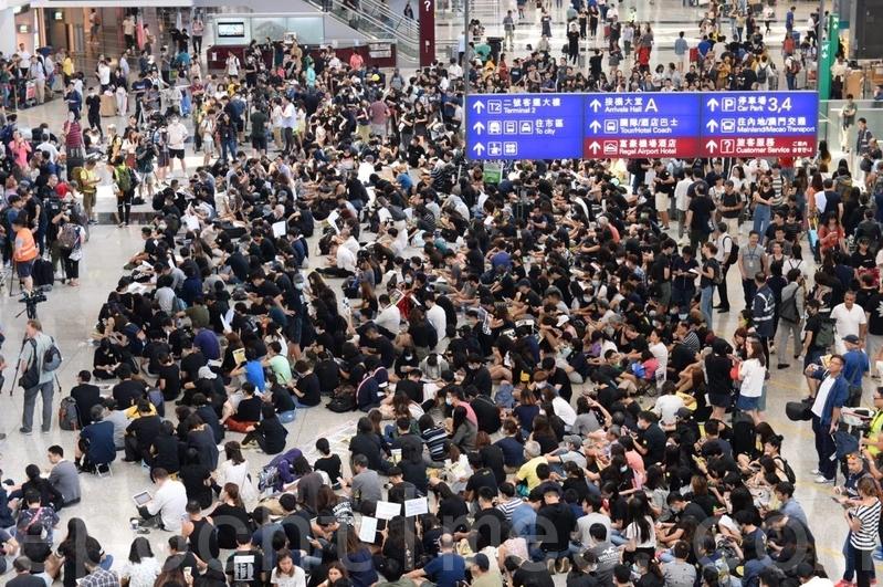 【8.9反送中】「萬人接機」 逾千港人機場集會發傳單