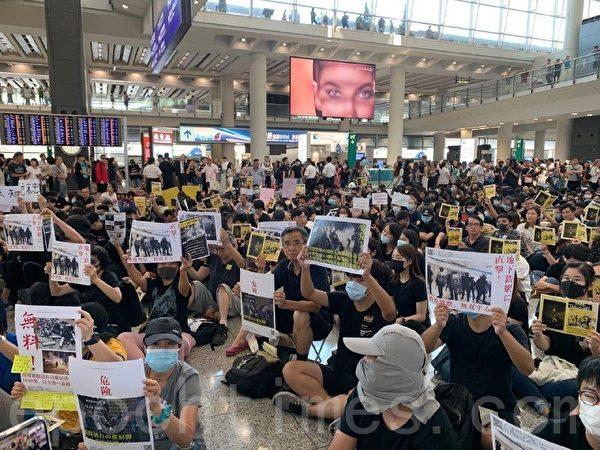 2019年8月9日,港人發起香港機場萬人接機活動。(駱亞/大紀元)