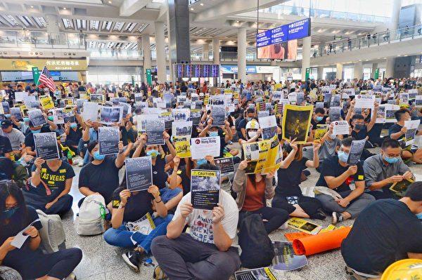 2019年8月9日,香港機場萬人接機,參加者持各式海報和標語在大堂靜坐。(宋碧龍/大紀元)