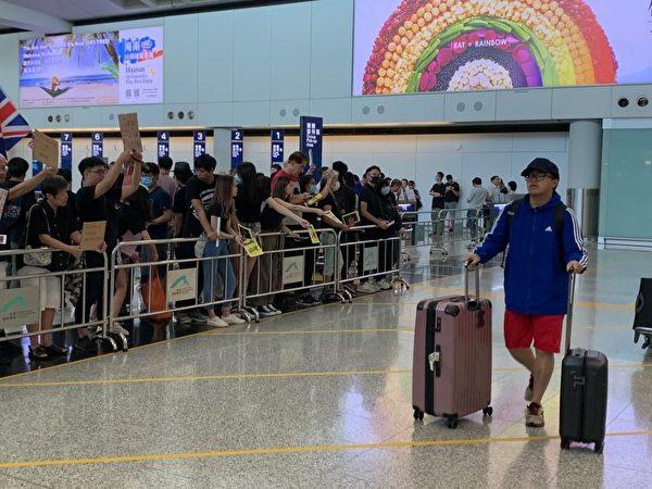 2019年8月9日,香港機場萬人接機,參加者持各式海報和標語在接機大堂靜坐。(駱亞/大紀元)