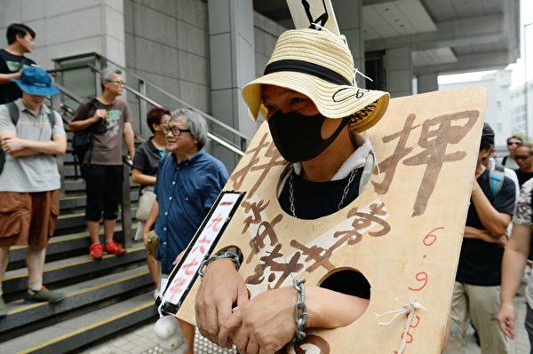 2019年8月10日,銀髮族在灣仔警察總署抗議。(宋碧龍/大紀元)