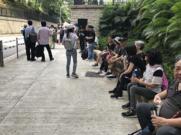 8月10日上午10時,有銀髮族市民自發在律政司辦公室門前聚集,並向律政司代表遞信表達訴求。(王文君/大紀元)