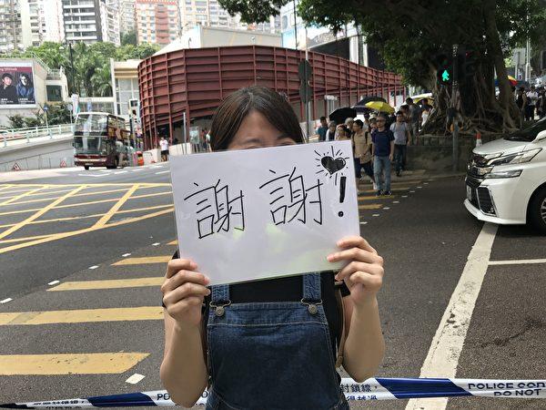 8月10日上午10時,市民在去律政中心的路上。(王文君/大紀元)