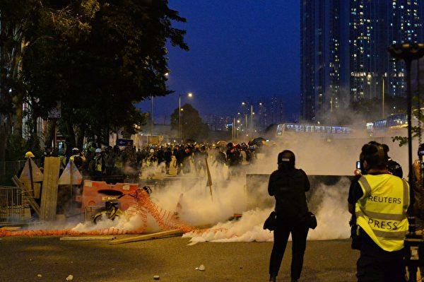 2019年8月10日,大圍警方釋放催淚彈。(宋碧龍/大紀元)