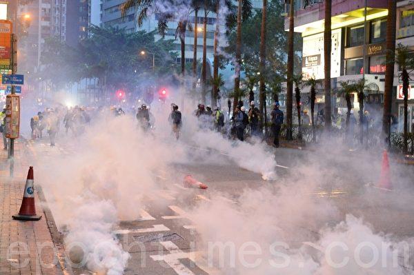 2019年8月11日,警察發射多枚催淚彈後,現場煙霧瀰漫。(宋碧龍/大紀元)