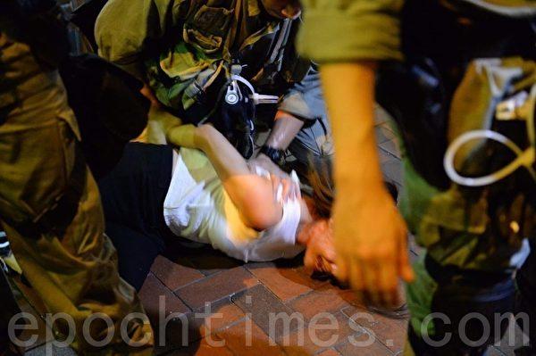 8月11日,一位年輕女孩被警察暴力欺壓。(宋碧龍/大紀元)