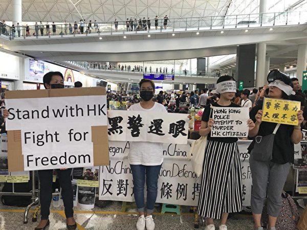 2019年8月12日,機場大廳已經坐滿人,接機大堂一般位置已被封鎖。(柯婷婷/大紀元)