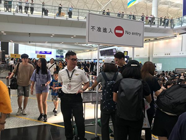 2019年8月12日,香港機場大廳已經坐滿人,接機大堂一般位置已被封鎖。(柯婷婷/大紀元)