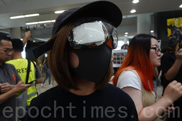 2019年8月12日起,港人將長期在機場集會。(余鋼/大紀元)