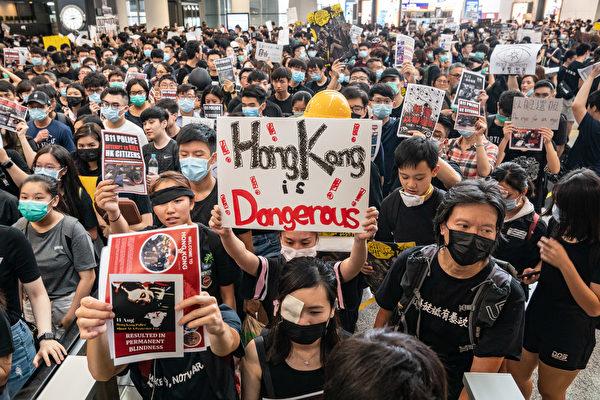 2019年8月12日,「百萬人塞爆機場」在赤鱲角機場展開,民眾持各種展板表達訴求。(Anthony Kwan/Getty Images)