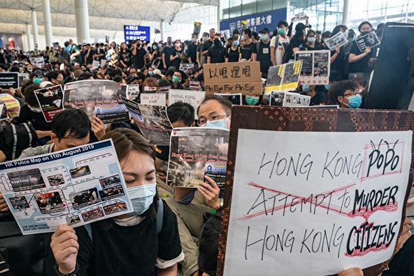 2019年8月12日,「百萬人塞爆機場」在赤鱲角機場展開,民眾持各種展板、標語表達訴求。(Anthony Kwan/Getty Images)