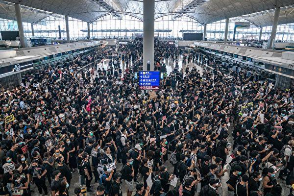 2019年8月12日,「百萬人塞爆機場」在赤鱲角機場展開,大批民眾湧入接機大廳。(Anthony Kwan/Getty Images)