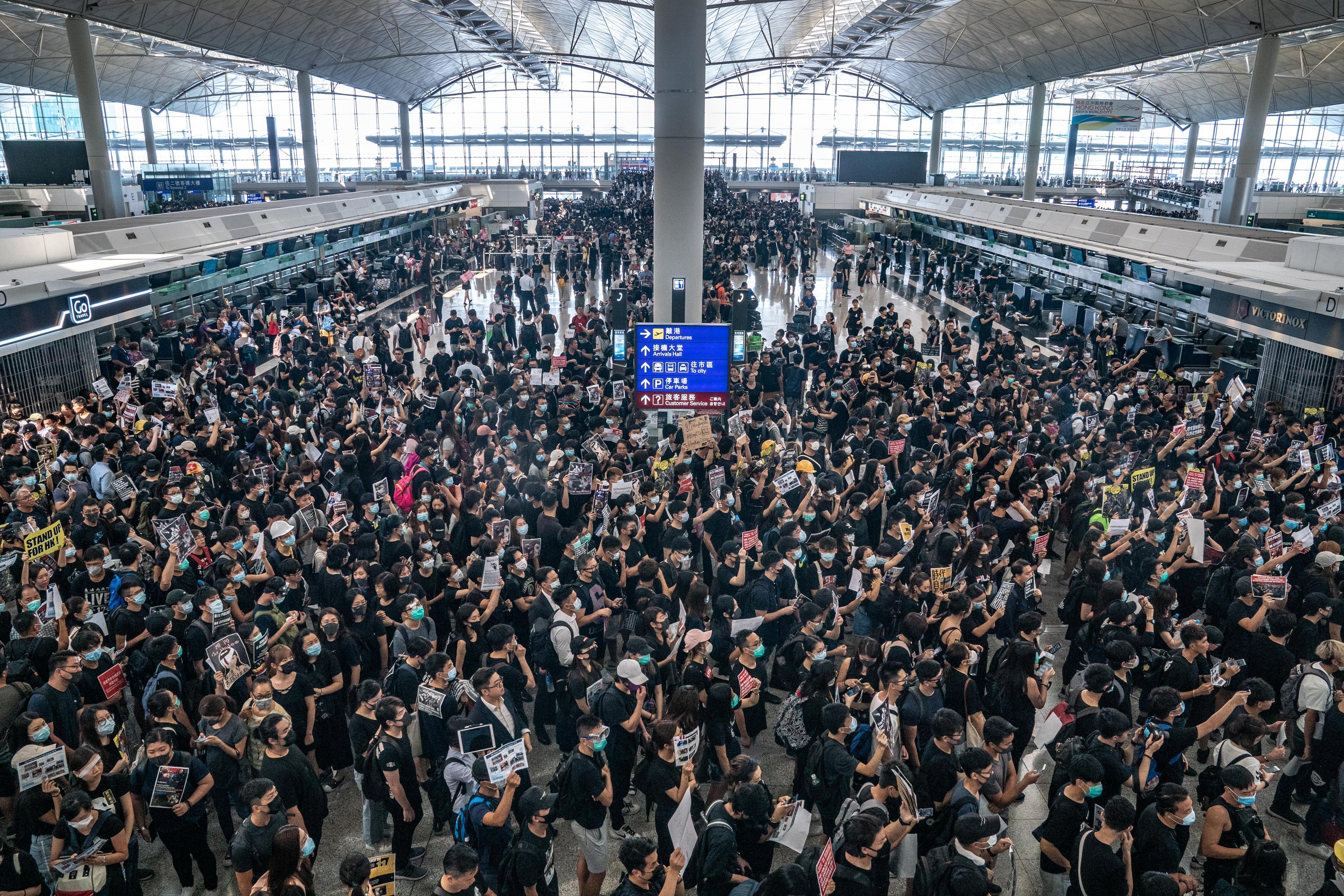 【8.12反送中】港人機場續集會 所有航班取消