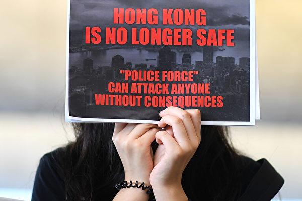 2019年8月12日,「百萬人塞爆機場」在赤鱲角機場展開。圖為民眾拿著「香港不再安全」的英文傳單。(MANAN VATSYAYANA/AFP/Getty Images)