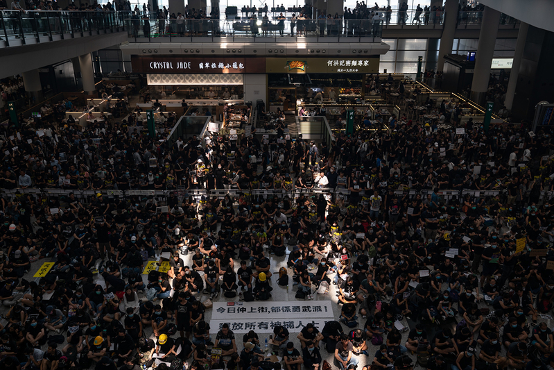 2019年8月12日起,港人將長期在機場集會。圖為12日機場集會現場。(Anthony Kwan/Getty Images)