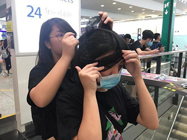 2019年8月12日起,港人將長期在機場集會。(王文君/大紀元)
