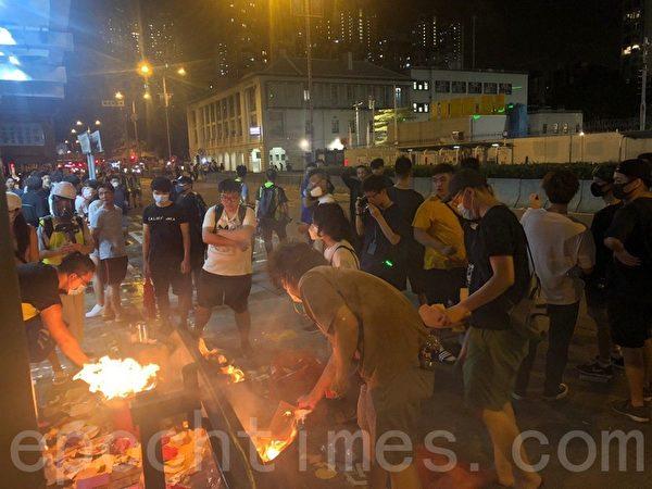 2019年8月14日,市民深水埗燒衣,早前警方施放多枚催淚彈。(梁珍/大紀元)