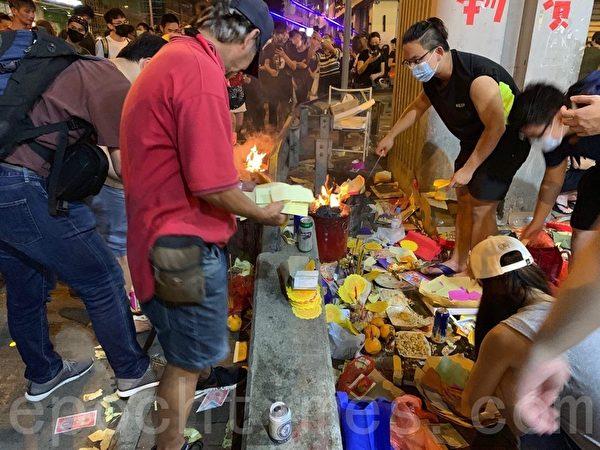 2019年8月14日21:45前,深水埗警方施放催淚彈,現在一部分民眾仍聚集警察署前,警方高音喇叭恐嚇警告要市民離開遭市民嘲笑。(駱亞/大紀元)