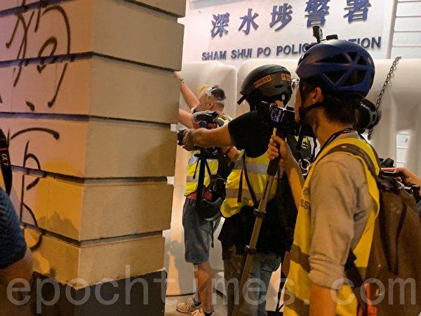 2019年8月14日,深水埗警署警方已對欽州街上人士施放5枚催淚彈。(駱亞/大紀元)