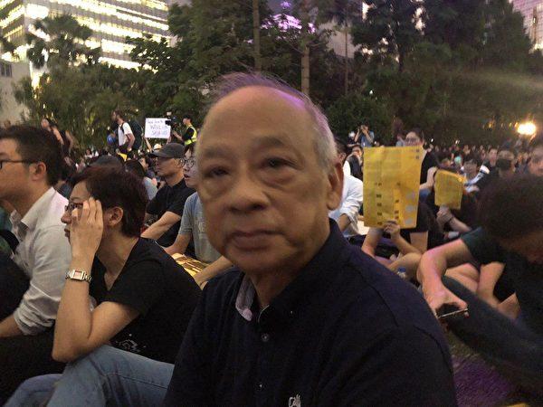 8月16日周五晚,退休商人關先生出席遮打花園「英美港盟 主權在民」集會,呼籲國際關注和支持香港。(梁珍/大紀元)