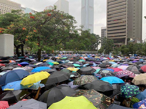 2019年8月17日,教育界「守護下一代 為良知發聲」的集會遊行,與會的人潮在遮大花園排隊陸續起步開始遊行。(駱亞/大紀元)
