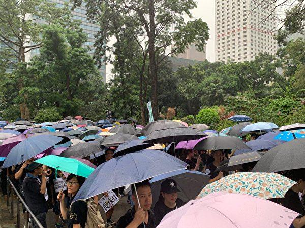 2019年8月17日,香港教育界在遮打花園舉行「守護下一代 為良知發聲」集會遊行,許多民眾前往參加。(駱亞/大紀元)