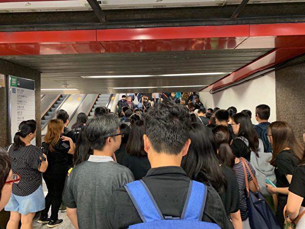 2019年8月17日,教育界「守護下一代 為良知發聲」的集會遊行,遮大花園附近地鐵出口已被人潮擠爆。(駱亞/大紀元)