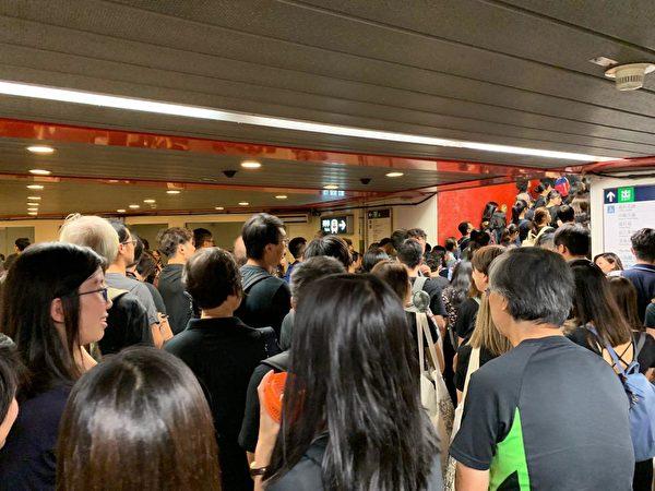 2019年8月17日,教育界「守護下一代 為良知發聲」的集會遊行,遮大花園附近地鐵出口被人潮擠爆。(駱亞/大紀元)