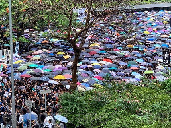 2019年8月17日,香港教育界「守護下一代 為良知發聲」的集會遊行,上午11:40從遮打花園出發。(駱亞/大紀元)