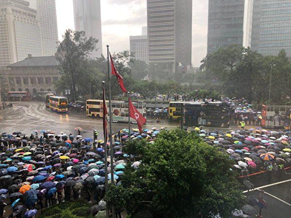 2019年8月17日,香港教育界舉行「守護下一代 為良知發聲」的集會遊行,儘管現場下起大雨,但參加集會的人潮依然塞爆遮打花園。(梁珍/大紀元)