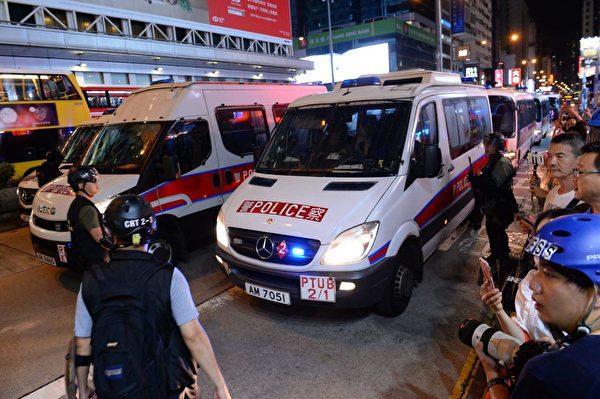2019年8月17日晚上,旺角彌敦道警察清場中。(宋碧龍/大紀元)