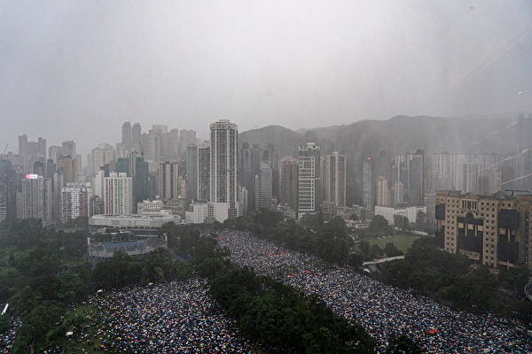 2019年8月18日,反送中香港民擠爆維園和周圍街道。(Anthony Kwan/Getty Images)