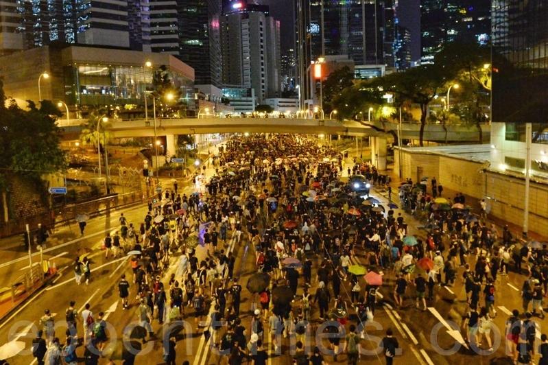 8月18日晚上,民陣發起的維園集會遊行在金鐘軒尼詩道。不少市民堅持等候進入維園集會,其後遊行到金鐘時已夜深。(宋碧龍/大紀元)
