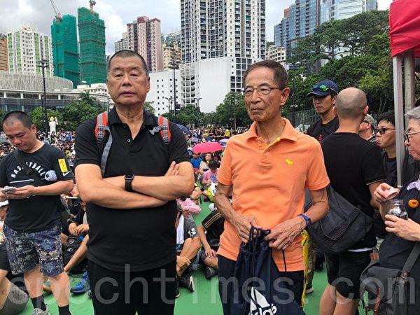 2019年8月18日,香港壹傳媒創辦人黎智英(左邊穿黑衣者)表示,香港人會做所有的事情來阻止「送中惡法」,並且要繼續往前,要堅持,直到勝利。(梁珍/大紀元)