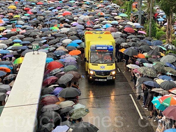 2019年8月18日,維園集會人群讓救護車通過。(駱亞/大紀元)