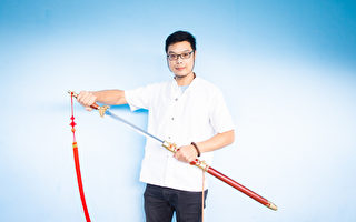 慨贈七把寶劍 陳重智讚賞新唐人武術大賽