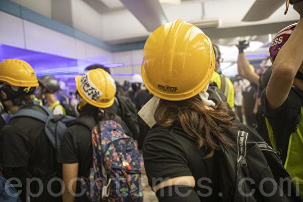 2019年8月21日,香港民眾在元朗西鐵站靜坐抗議7‧21元朗恐襲事件,其後警方清場,示威者在元朗站建立防線,雙方對峙。(余鋼/大紀元)