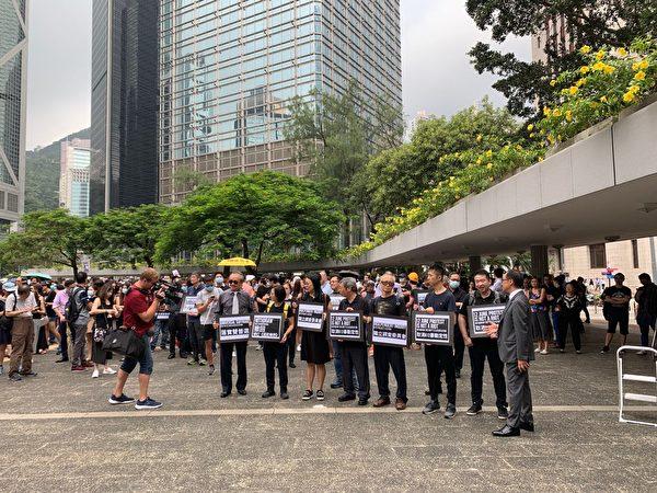 2019年8月23日中午,香港會計界在遮打花園首次發起遊行,要求港府切實回應五大訴求。(駱亞/大紀元)