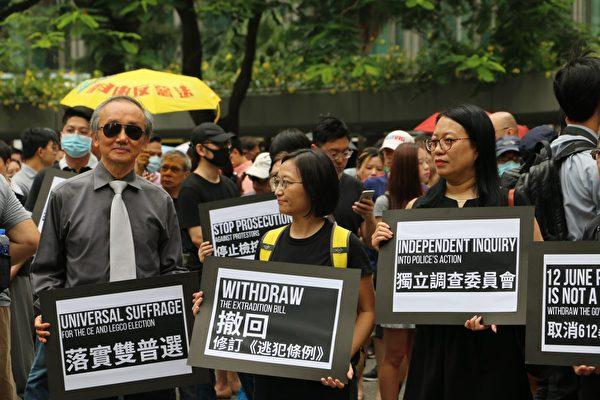 2019年8月23日中午,香港會計界在遮打花園首次發起遊行,要求港府切實回應五大訴求。在立法會門前集會。(駱亞/大紀元)