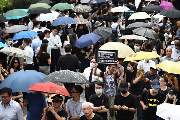 2019年8月23日,香港會計師發起反送中遊行,約有5千人參加。(LILLIAN SUWANRUMPHA/AFP/Getty Images)